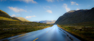 路到山风景里 库存图片