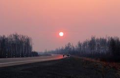 路向冬天日落的西伯利亚 免版税库存图片