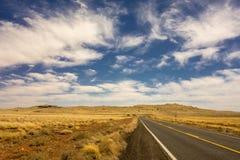 路向巴林杰陨石坑在温斯洛亚利桑那美国 库存图片