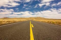 路向巴林杰陨石坑在温斯洛亚利桑那美国 免版税库存照片