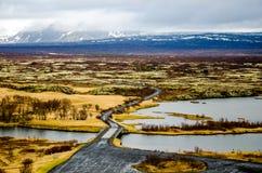 路和一座桥梁在Thingvellir国家公园在冰岛 免版税库存照片