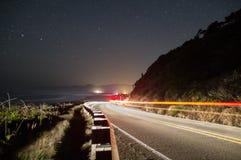 路和光在海边峭壁在晚上 库存图片