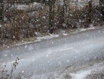 路和可怕的天气 雪飞雪 图库摄影