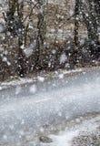 路和可怕的天气 雪飞雪 库存图片