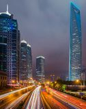 路和商业中心都市风景在上海市在夜 免版税图库摄影