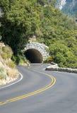 路和地下隧道 汽车旅行在优胜美地国家公园 库存照片