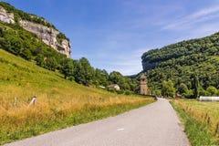 路和城堡在谷 库存照片