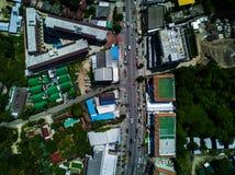 路和大厦的顶视图空中射击在城市 库存照片