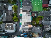 路和大厦的顶视图空中射击在城市 图库摄影
