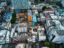 路和大厦的顶视图空中射击在城市 库存图片