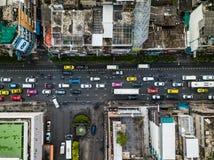 路和大厦的顶视图空中射击在城市 免版税库存图片