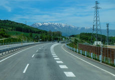 路和山景和背景 免版税库存图片