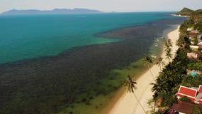 路和房子海滨的 主路和沿海村庄寄生虫视图在苏梅岛海岛上在好日子在泰国 股票视频