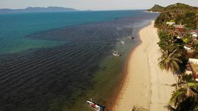 路和房子海滨的 主路和沿海村庄寄生虫视图在苏梅岛海岛上在好日子在泰国 影视素材