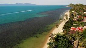 路和房子海滨的 主路和沿海村庄寄生虫视图在苏梅岛海岛上在好日子在泰国 股票录像