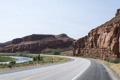 路和河在沙漠 免版税库存照片