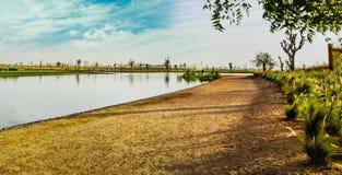 路和湖在Love湖迪拜 免版税库存图片