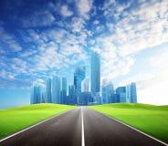 路和现代城市 免版税库存照片