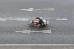 路和箭头标志指向走径直向前 免版税库存图片