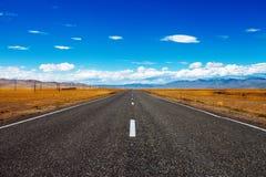 路和蓝色多云天空 免版税库存图片