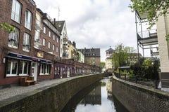 水路和街道在杜塞尔多夫,德国 图库摄影
