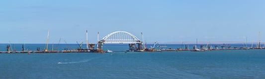 路和路轨桥梁的建筑全景横跨刻赤海峡的 铁路桥的被成拱形的间距在navigabl的 免版税库存图片