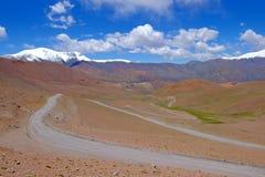 路和风景在Paso Abra台尔Acay,萨尔塔,阿根廷 免版税库存图片
