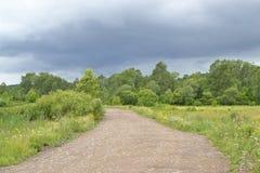 路和黑暗的云彩 免版税图库摄影