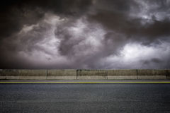 路和黑暗的天空 免版税库存图片