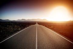 路在一个晴朗的夏日 免版税图库摄影