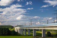 路在一座最近被修筑的桥梁下 库存照片