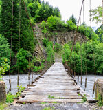 路在一条山河的吊桥在雨期间在乔治亚 库存图片