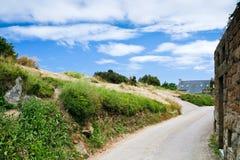 路在不列塔尼的村庄 库存图片