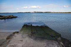 路在从海滩的海洋 库存照片