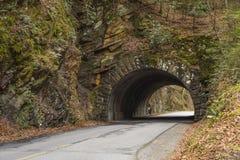 路在发烟性山的一座石桥梁下 库存图片