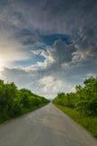 路在多云天空下 免版税图库摄影