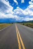 路在多云天空,黄石下 免版税库存照片