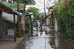路在多雨天气的,哥斯达黎加tortuguero村庄 库存照片