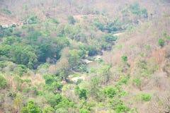 路在山、河和村庄在森林里操作Luang国立公园的,热,清迈,泰国 热天气和干旱 免版税图库摄影