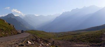 路在山喜马拉雅山 免版税库存照片