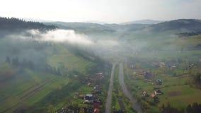 路在山村 喀尔巴阡山脉的谷空中全景  股票视频
