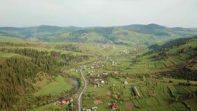 路在山村 喀尔巴阡山脉的谷空中全景  股票录像
