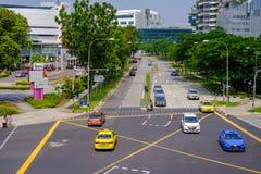 路在新加坡为汽车用户是干净,舒适和方便的 摩托车和那里是安全步行者 有树 免版税库存照片