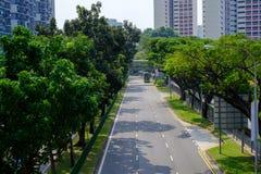 路在新加坡为汽车用户是干净,舒适和方便的 摩托车和那里是安全步行者 有树 免版税图库摄影