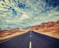 路在有山的喜马拉雅山 免版税库存照片