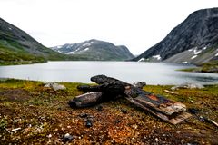路在有房子和积雪的山的挪威 免版税图库摄影