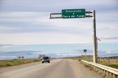 路在横跨麦哲伦海峡,智利的火地群岛 库存照片