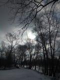 路在沿岸的村庄与最近下落的雪 免版税图库摄影