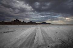 路在盐沙漠 库存照片