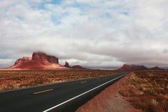 路在纪念碑谷那瓦伙族人部族公园 免版税库存照片